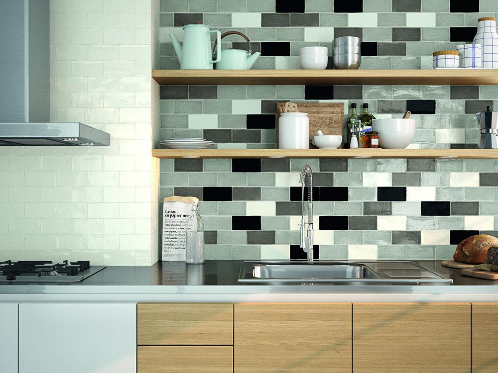 Mosaiikkimainen laattaseinä keittiössä