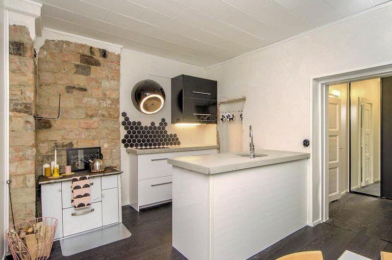 Betonitasoinen niemeke ja vanha tiiliseinä keittiössä
