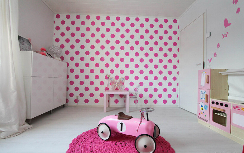 Ihana pinkki pallotapetti lastenhuoneessa