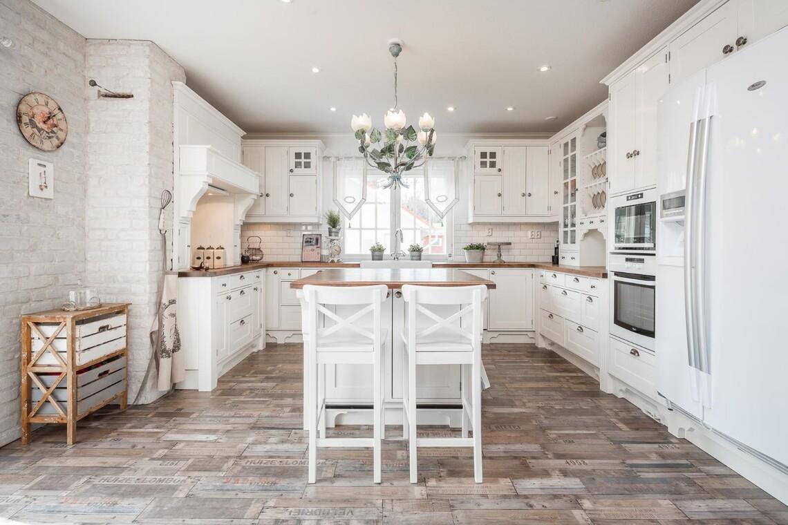 Tilava ja kodikas keittiö