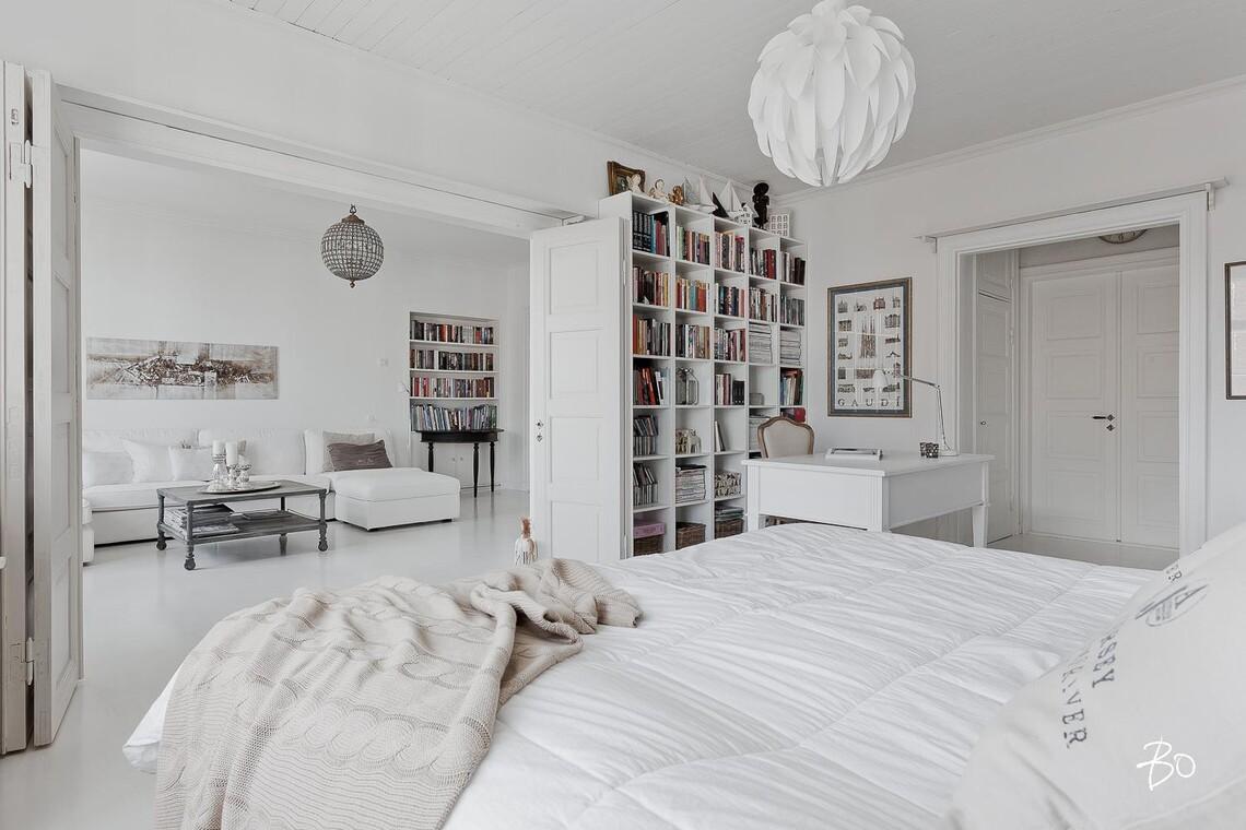 Kauniit pariovet makuuhuoneen ja olohuoneen välissä