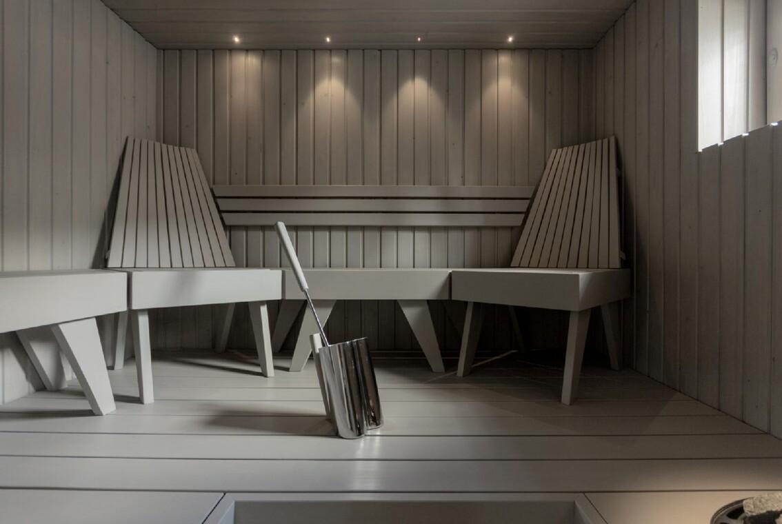 Harmaa sauna komeilla penkeillä