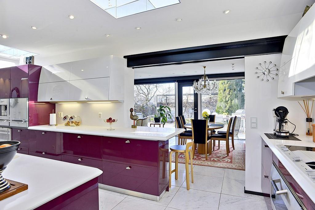 Violettia modernissa keittiössä