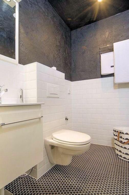 Moderni wc tehosteseinällä