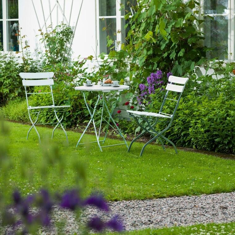 Taitettavan pöydän ja tuolit voi kantaa helposti puutarhankin puolelle