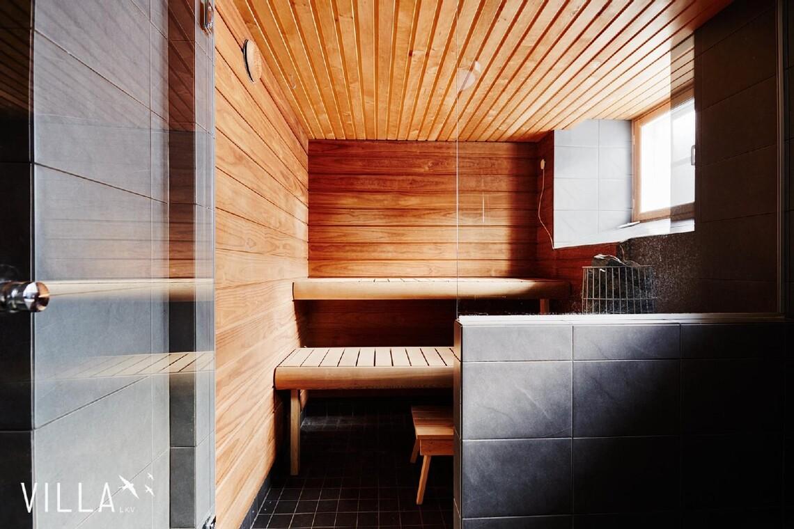 Valoisa sauna ikkunalla