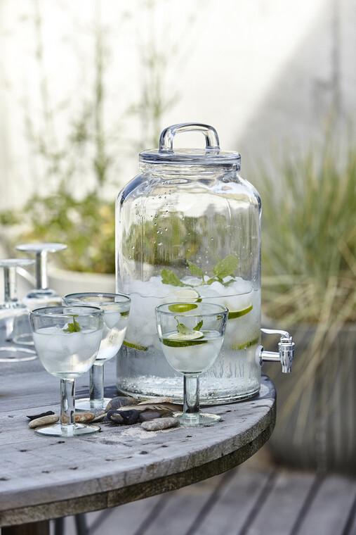 Kesällä tarjoillaan juomat ulkona