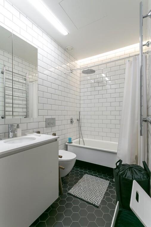Moderni kylpyhuone loft-yksiössä