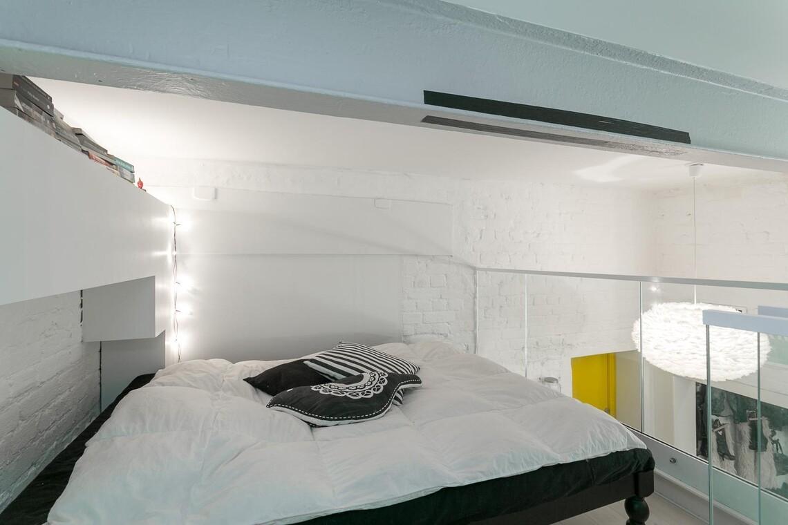 Loft-asunnon makuuhuone parvella