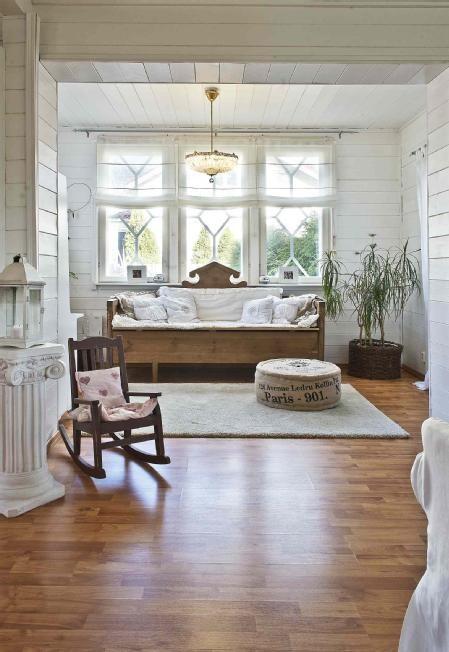Kaunis vanha puusohva olohuoneessa
