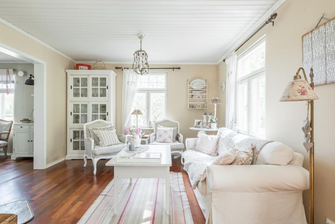 Romanttiseen tyyliin sisustettu olohuone