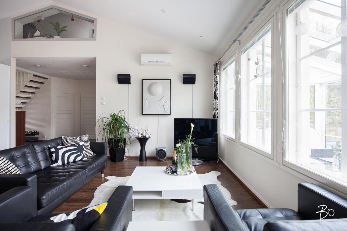Moderni mustavalkoinen olohuone