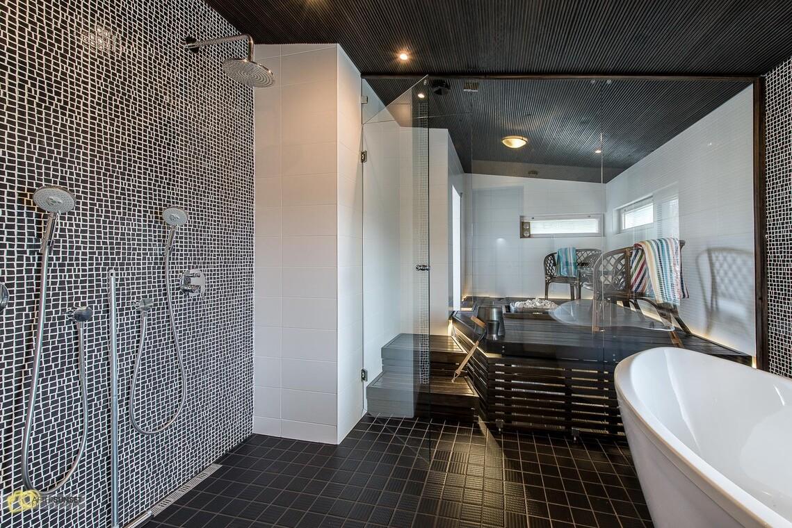 Tyylikäs kylpyhuone ja astetta erikoisempi sauna