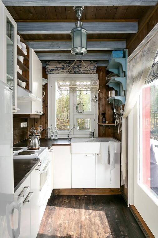 Suloinen pieni keittiö mökissä