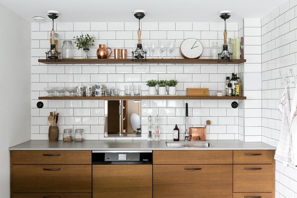 Tyylikäs keittiö avohyllyillä