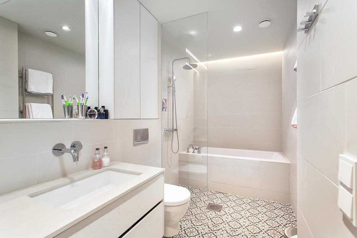 Kaunis vaalea kylpyhuone