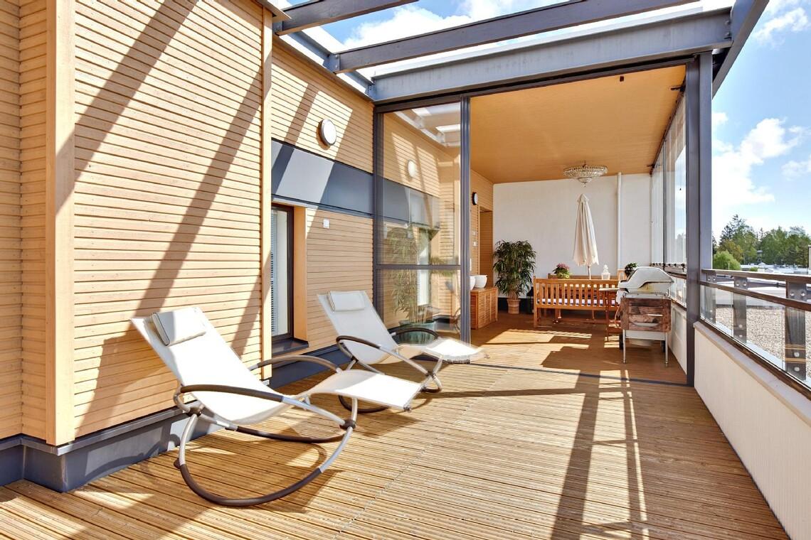 Aurinkoinen lasitettu kattoterassi