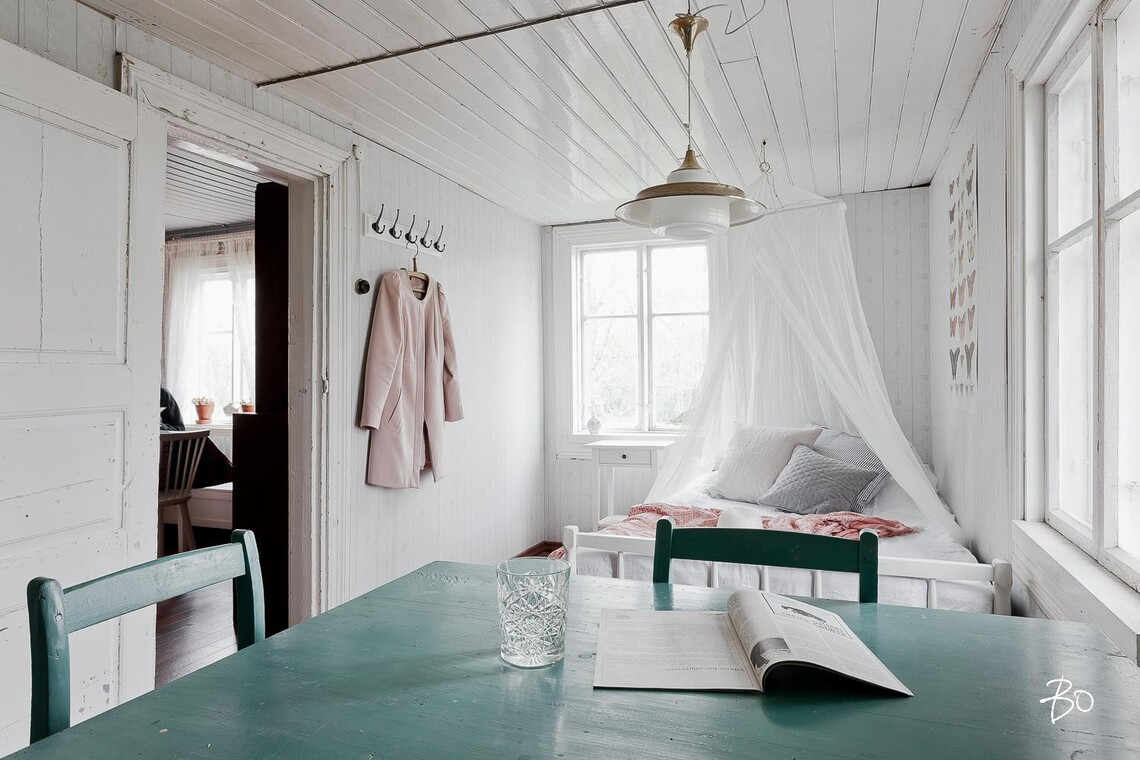 Hempeä makuuhuone mökissä