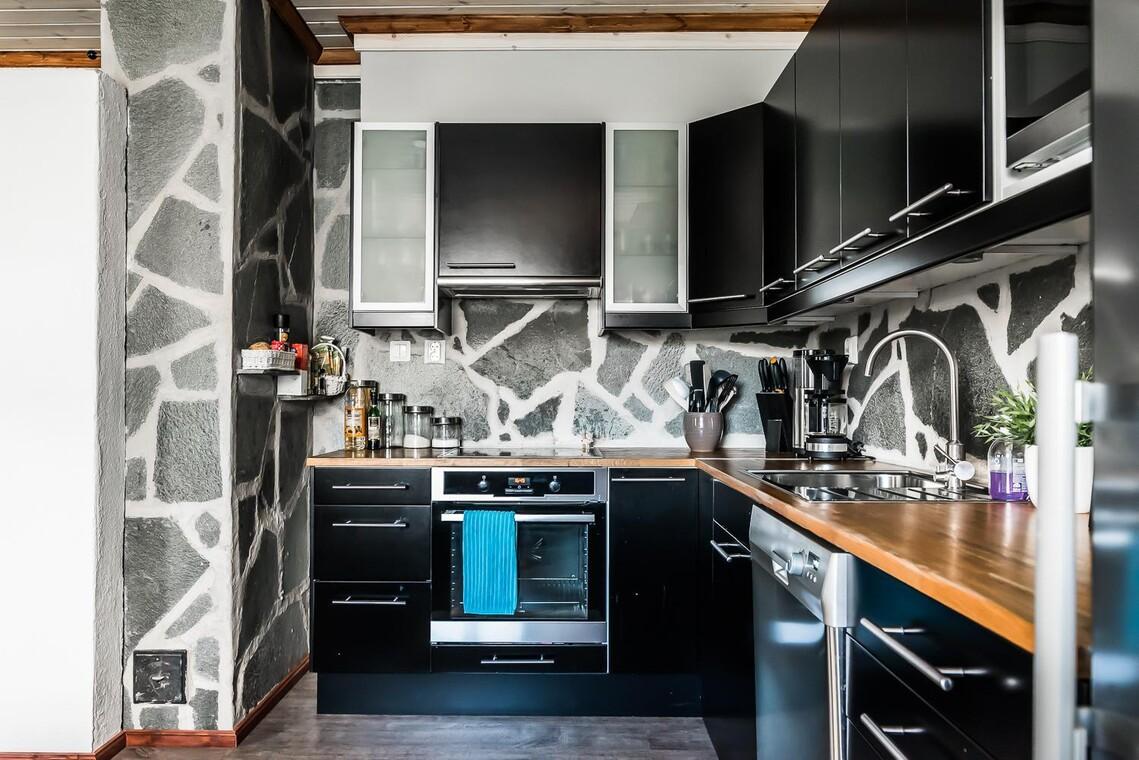 Luonnonkiveä keittiön välitilassa