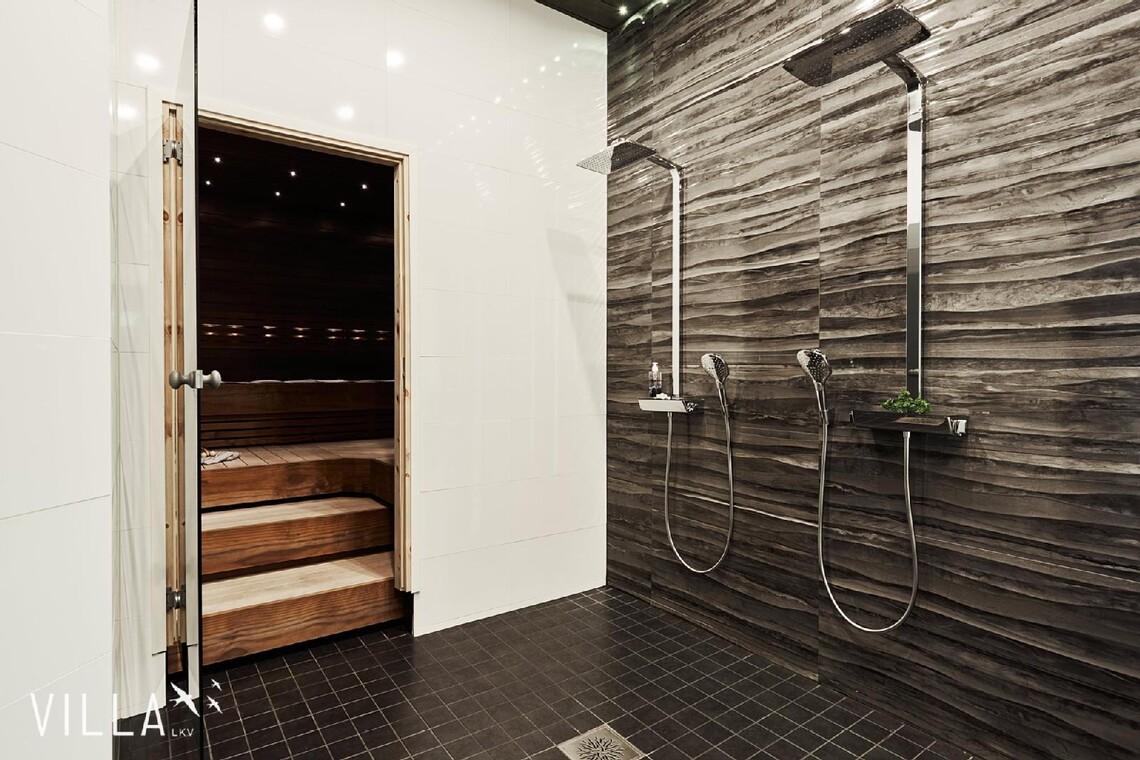 Näyttävät laatat sekä sadesuihkut kylpyhuoneessa