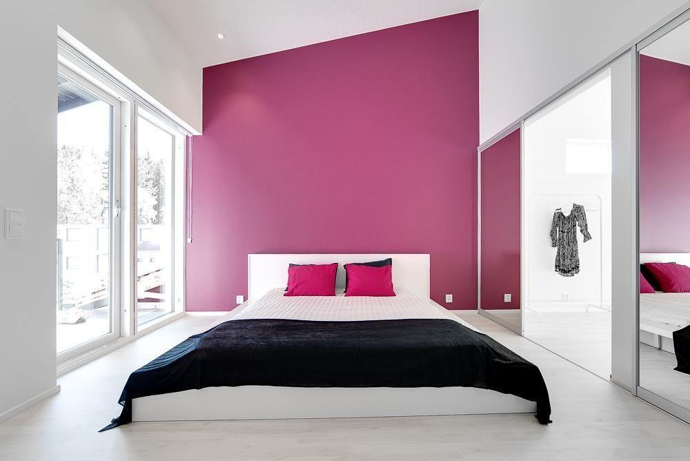 Pinkki tehosteseinä makuuhuoneessa