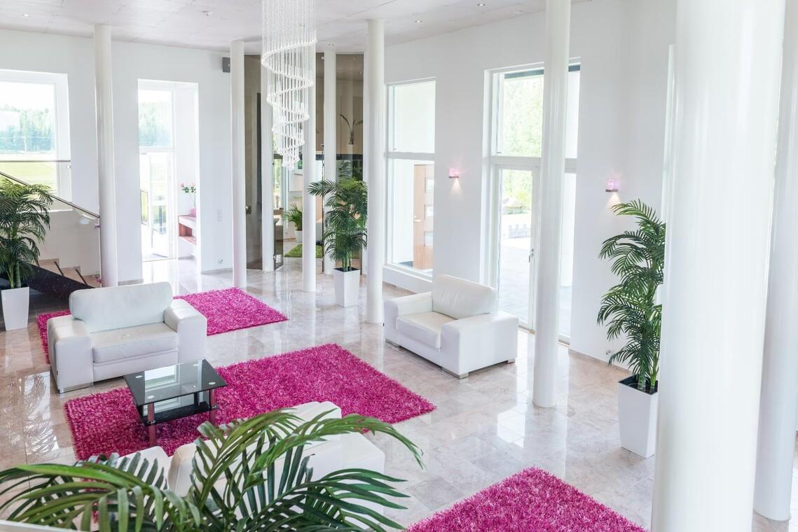 Korkea olohuone valkoisine pylväineen