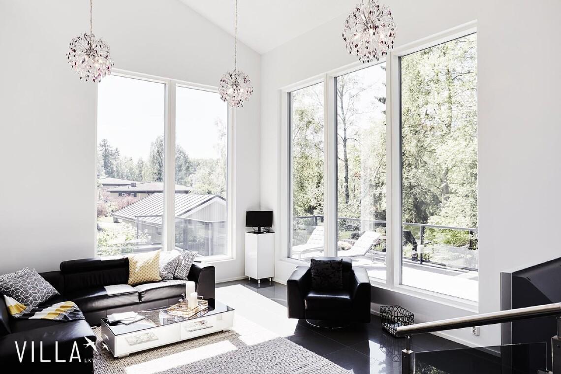 Hulppea huonekorkeus ja suuret ikkunat olohuoneessa