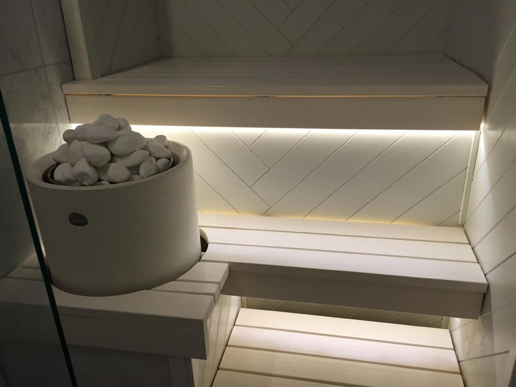 Valkoinen sauna kalanruotopaneelilla