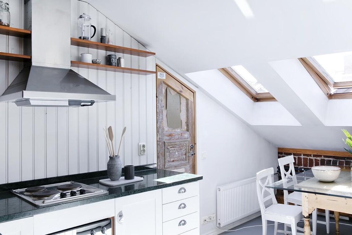 Kattoikkunat tuovat valoa kaksion keittiöön