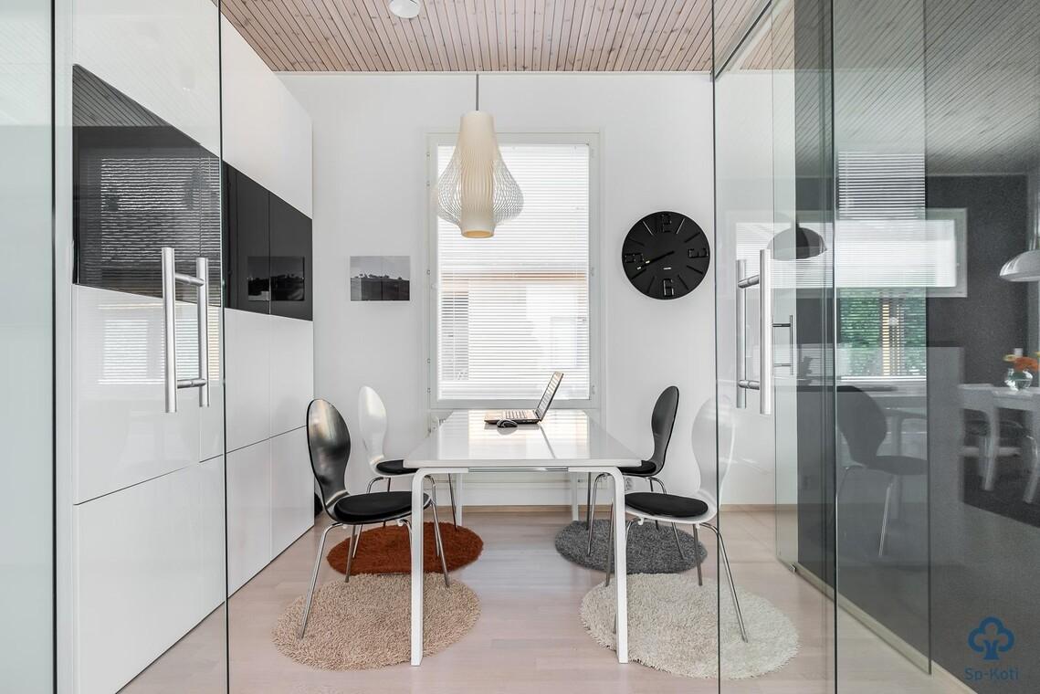Tyylikäs työhuone lasiovilla