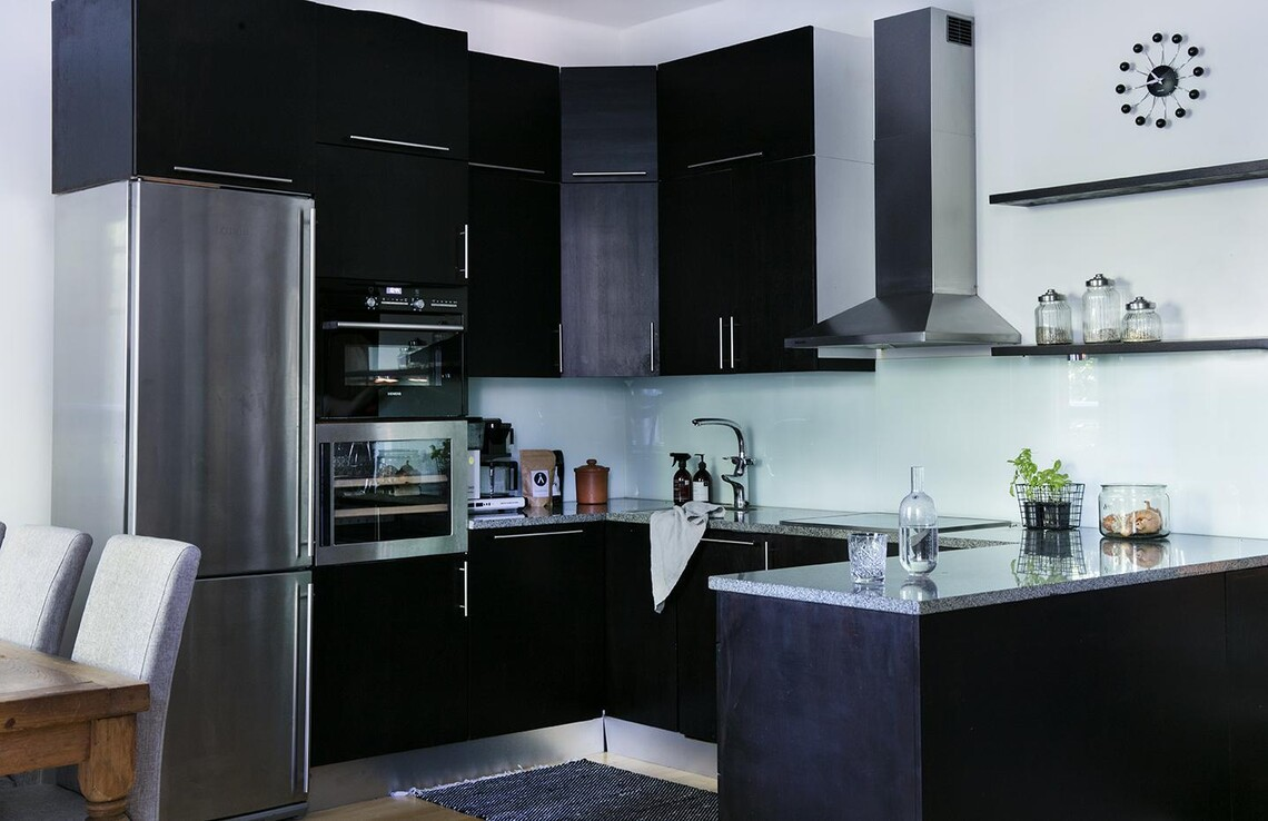 Yksiön tyylikäs, musta keittiö