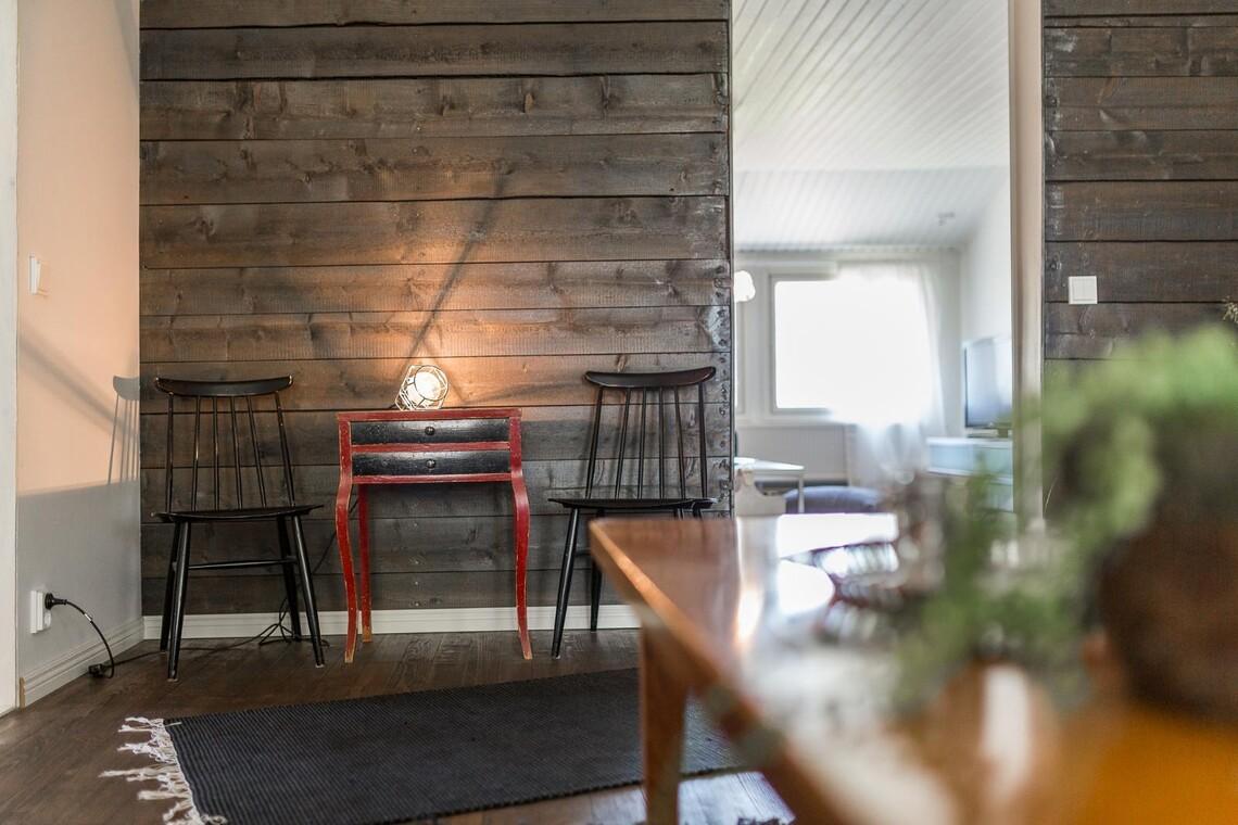 Kaunista puupintaa olohuoneen seinällä
