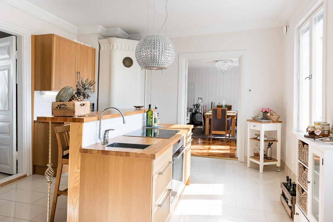 Uutta ja vanhaa puutalon keittiössä