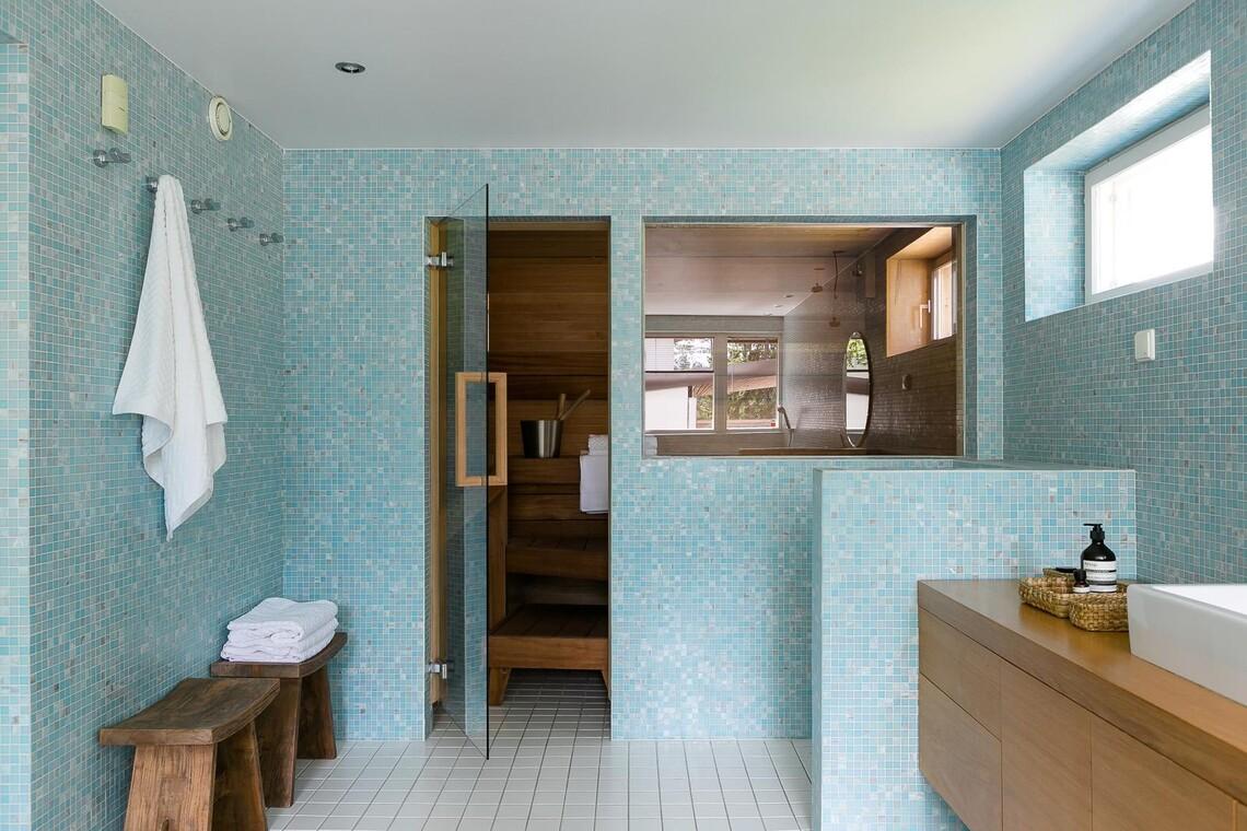 Kaunis turkoosi mosaiikki kylpyhuoneessa