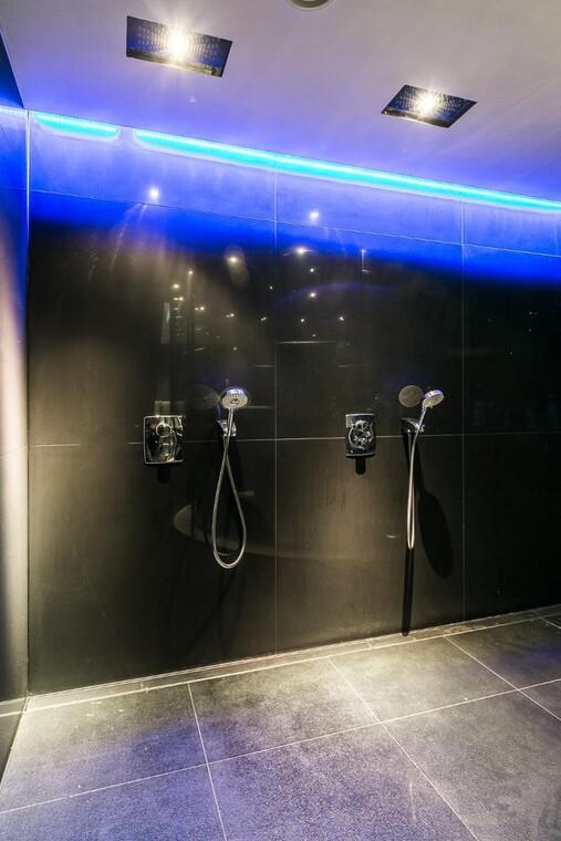 Sininen valaistus kylpyhuoneessa