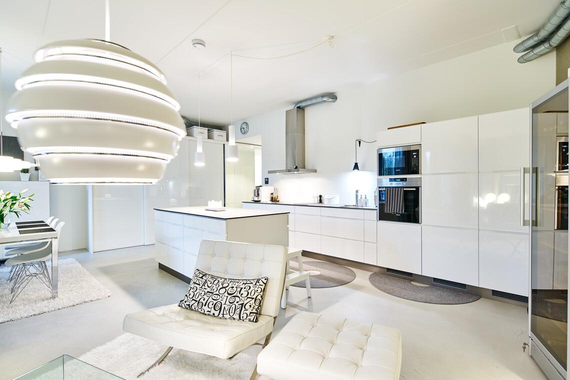 Loft-asunnon valkoinen keittiö