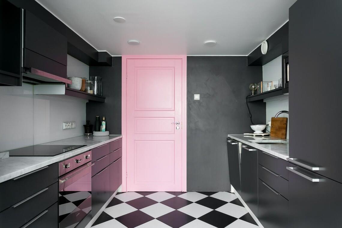 Vaaleanpunainen ovi keittiössä