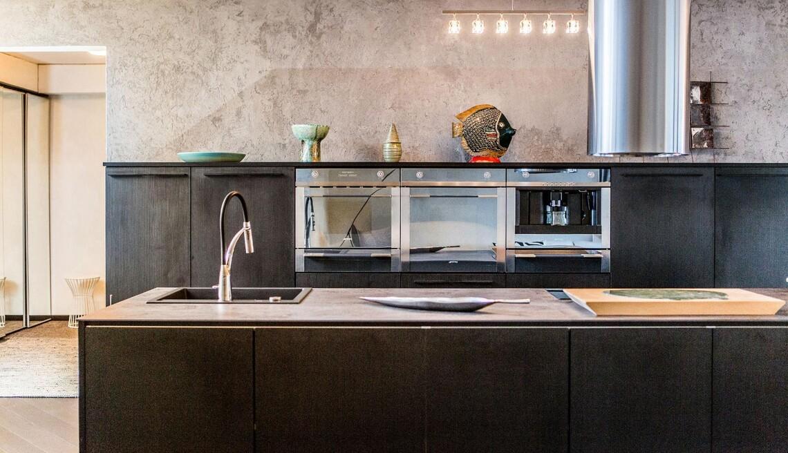 Upea musta keittiö