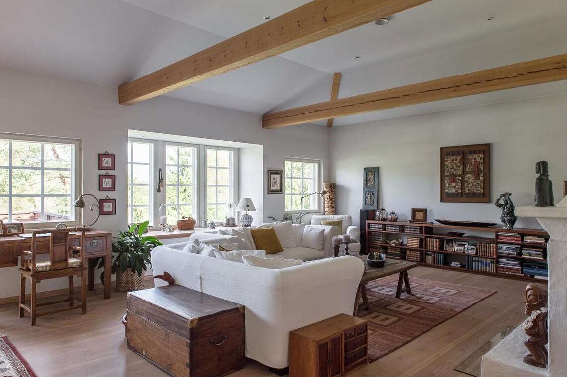 Lämminhenkinen olohuone komeine kattoparruineen
