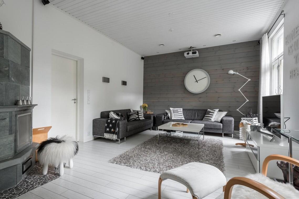 Kaunista puupaneelia olohuoneen seinällä