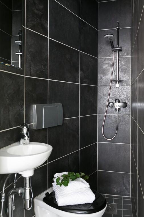 Musta minikylpyhuone