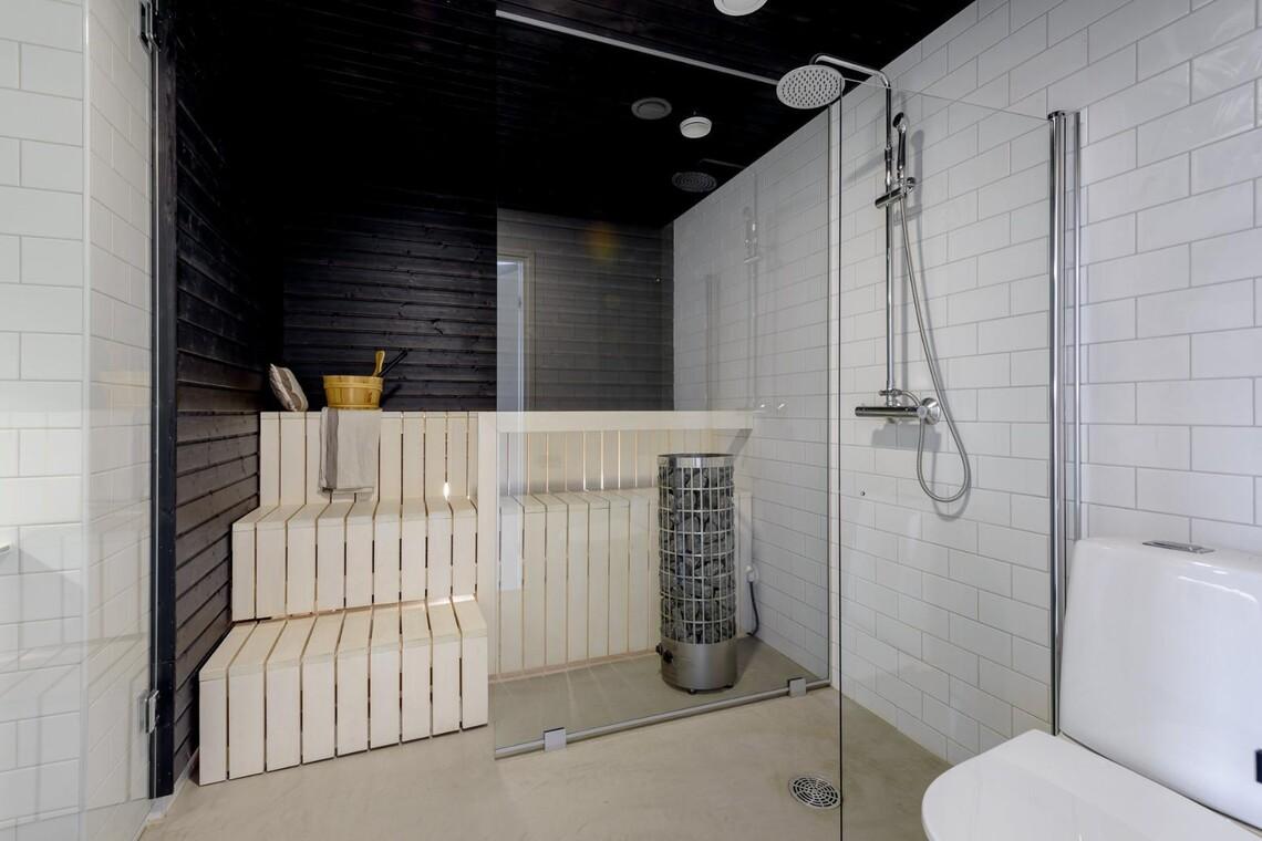 Mustavalkoinen sauna lasiseinällä