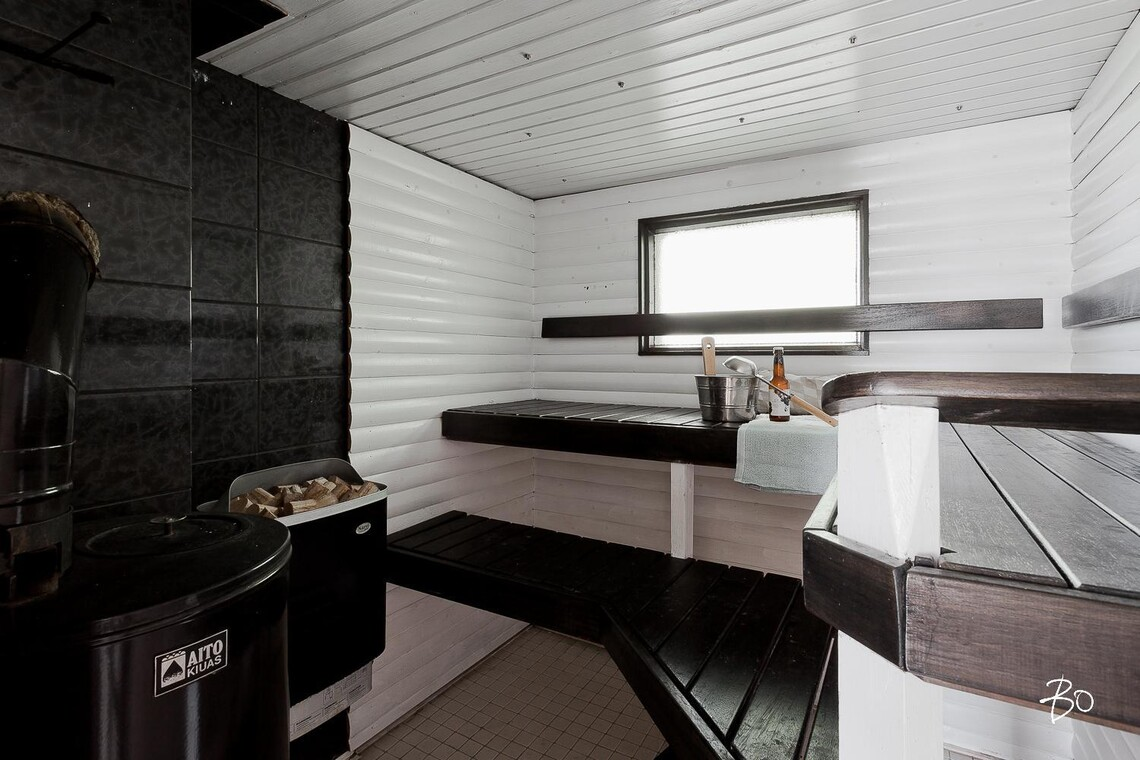 Mustavalkoinen sauna kahdella kiukaalla