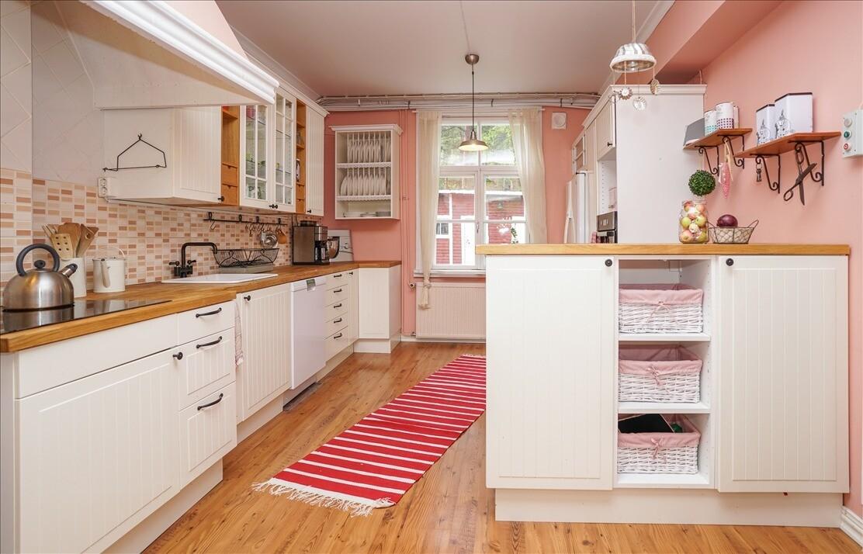 Vaaleanpunainen keittiö