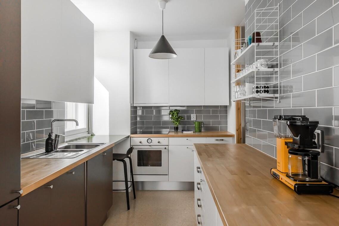 Tiililadotut seinälaatat keittiössä