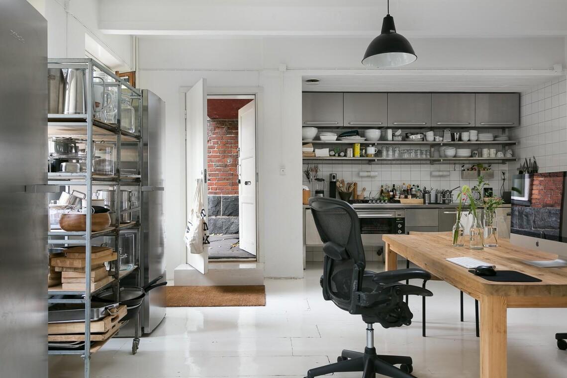 Terästä loft-asunnon keittiössä