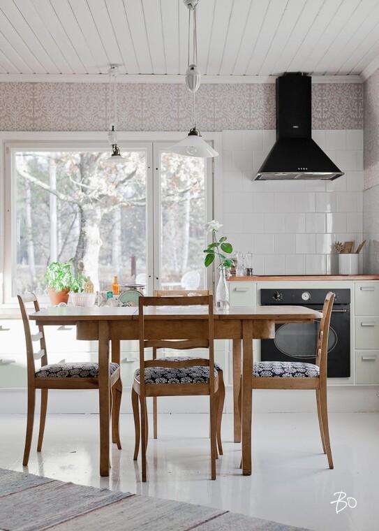 Valoisa ja seesteinen tunnelma keittiössä