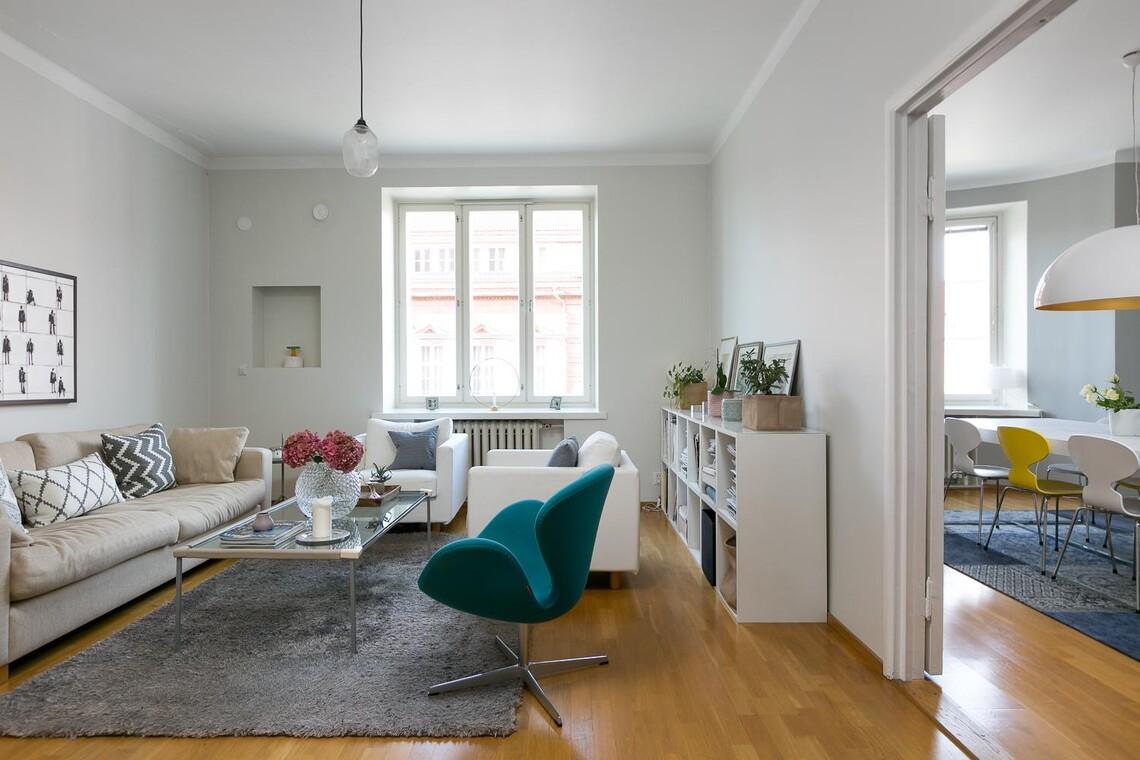 Design-tuoli olohuoneen väripilkkuna
