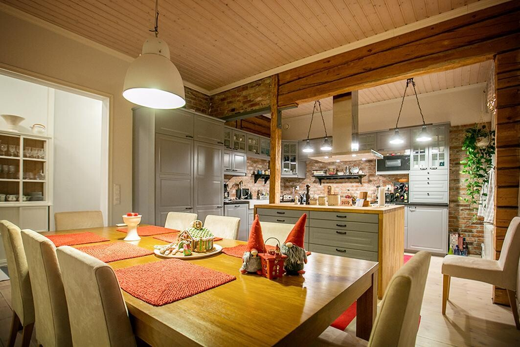 Jouluinen keittiö hirsi- ja tiiliseinineen