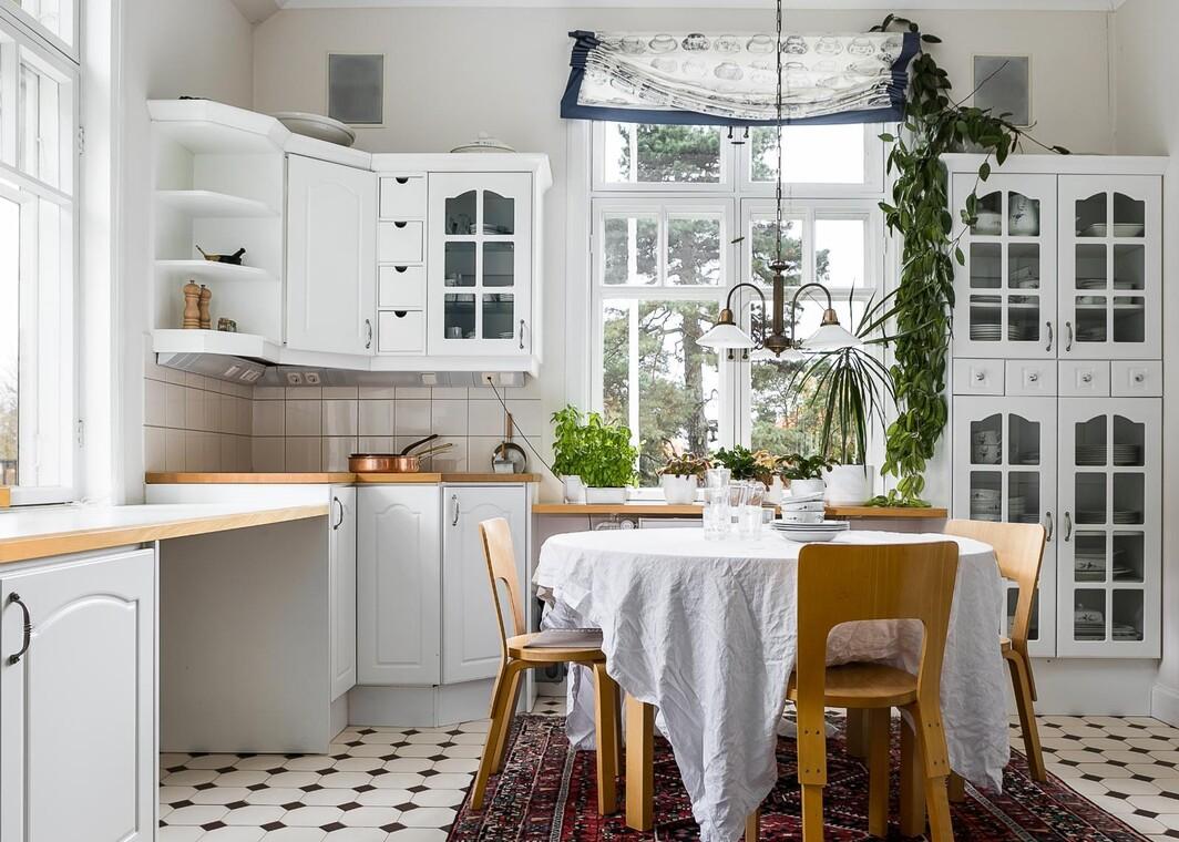 Kartanon vaalea keittiö